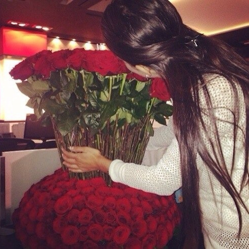 long-hair-girl-with-roses-bouguet