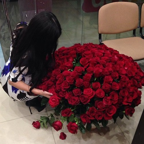girl-sitting-on-floor-with-red-roses